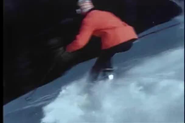 dva lyžaři, lyžování po svazích colorado