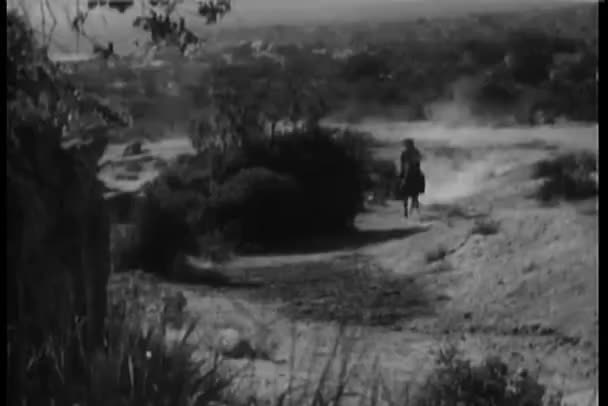 široký záběr na kovboje pádu z koně v plném trysku