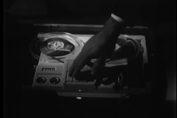 Detail lidské ruky stisknutí tlačítka na magnetofon pásky