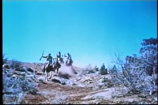 kapela apache indiánů na koních na válečné stezce