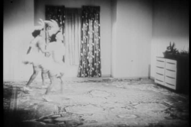 ženy do obývacího pokoje a rutinní taneční praxe