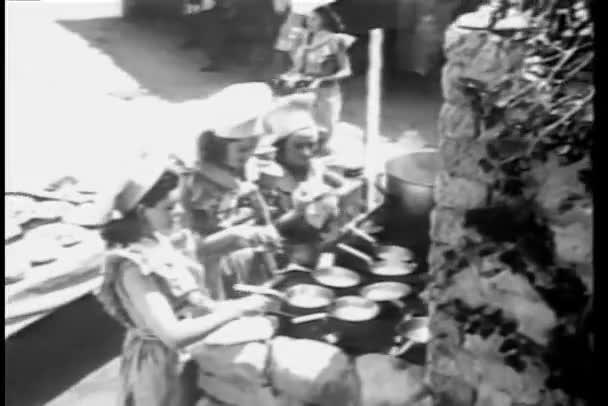 ženy připravují jídlo venku