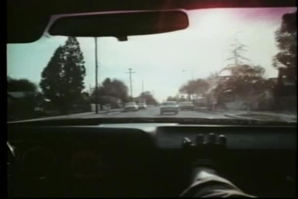 Mann fährt Auto mit hoher Geschwindigkeit und verfolgt Fahrzeug auf Straße