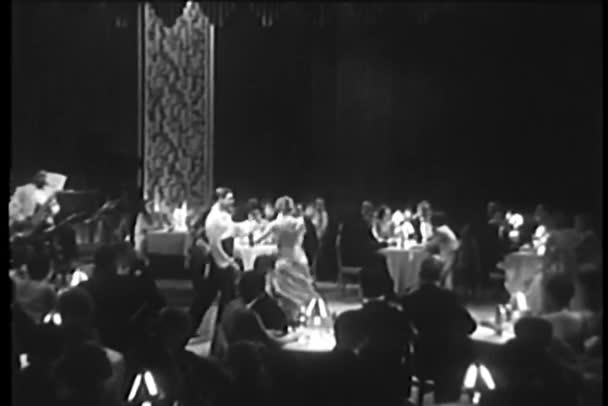 Při pohledu na pár tančí tango v klubu