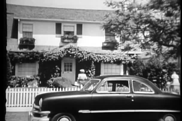 Nézet hátulról nő gyaloglás felé ház és nézegette üvegajtó, Los Angeles, California, Amerikai Egyesült Államok