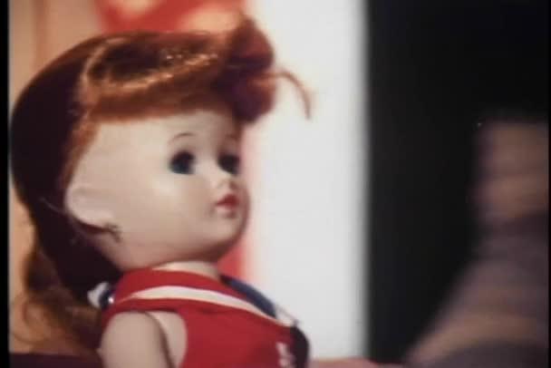 žena hraje s panenkami v loutek