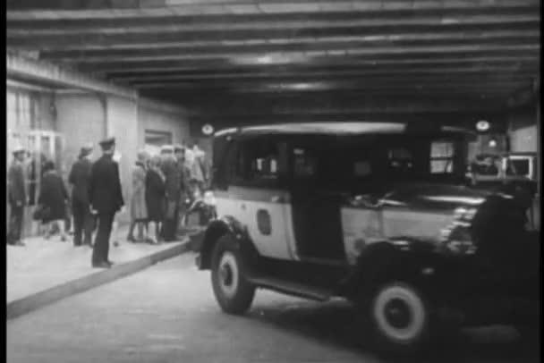 vykládání cestujících na nádraží grand central, new york city taxi