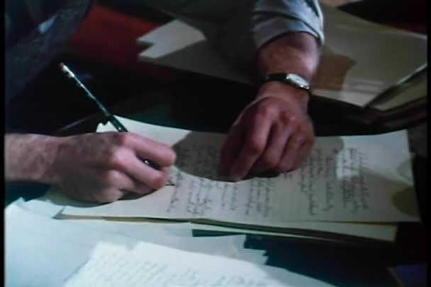 střední zastřelil člověka rázně psaní na papír s tužkou