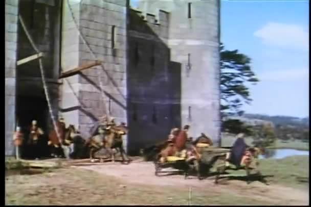 Cavalieri a cavallo lasciando la fortezza