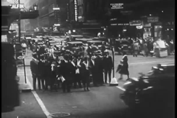 chodce přes ulici v new york city
