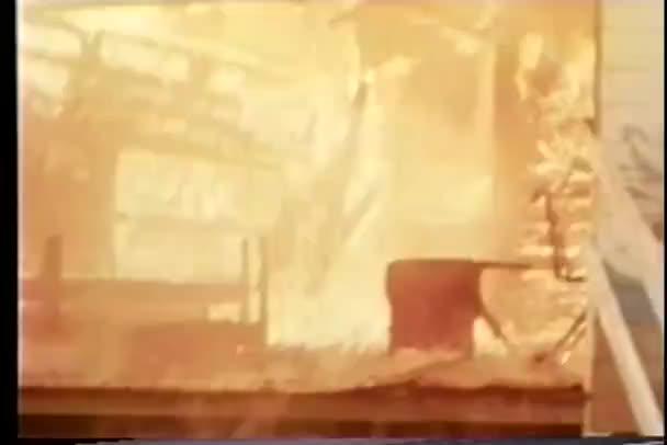hořící dům hroutí