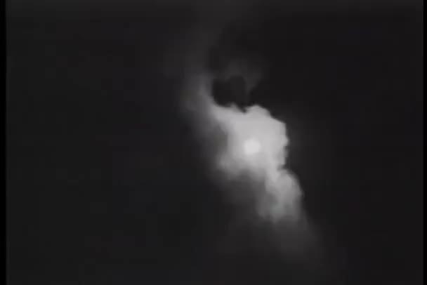 měsíc v zatažené obloze