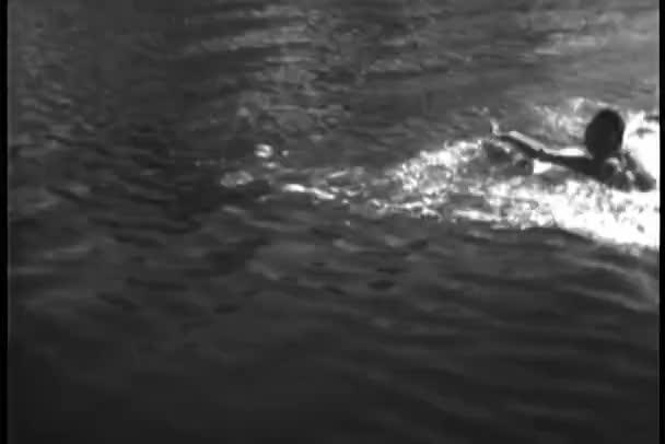 Úszás a tóban, bennszülött amerikaiak