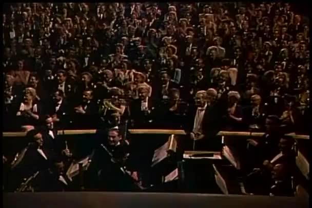 široký záběr publikum tleská v divadle