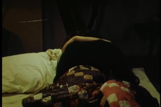 uomo e donna abbracciare e baciare a letto — Video Stock ...