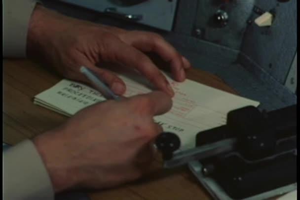 Close-up ruce výčepní hlášené Morseova abeceda