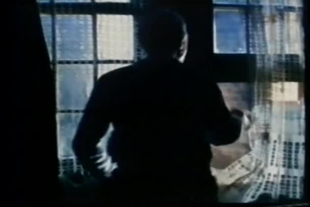 muž v temné místnosti, při pohledu z okna