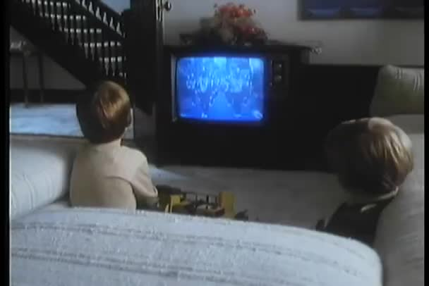 Gyerekek néz televízió parádé