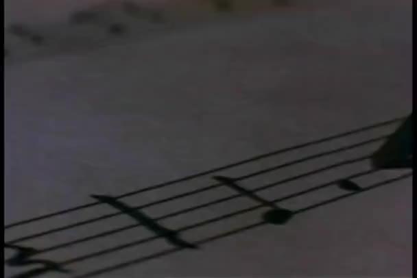 Close-up di matita, scrivere le note musicali su carta