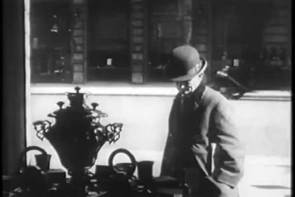 člověk hledá v obchodě okna, new york city, třicátých let
