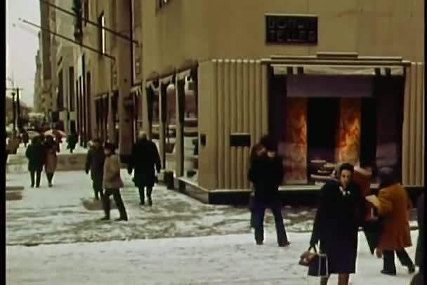 pěší chůzi po sněhu vztahuje chodník od bonwit teller v new york city