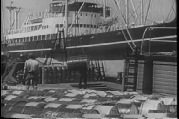 muži vykládajících náklad z lodi