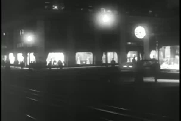 auta zrychlení přes ulici v noci