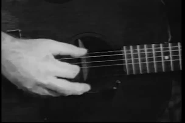 Közelkép kézzel gitározni