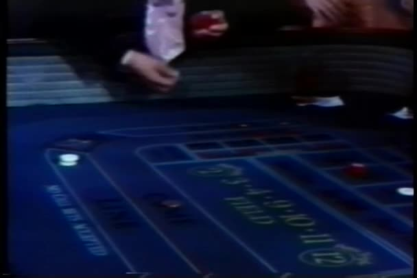 Muž hodil kostkou na kostky stolu v kasinu