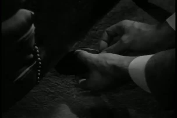Close-up muž uvedení bombou pod dveře