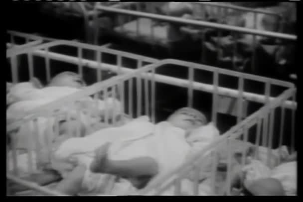 řádky dětí v postýlce v nemocnici
