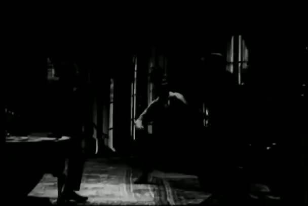 ancho tiro hombres fightring en cuarto oscuro — Vídeo de stock ...