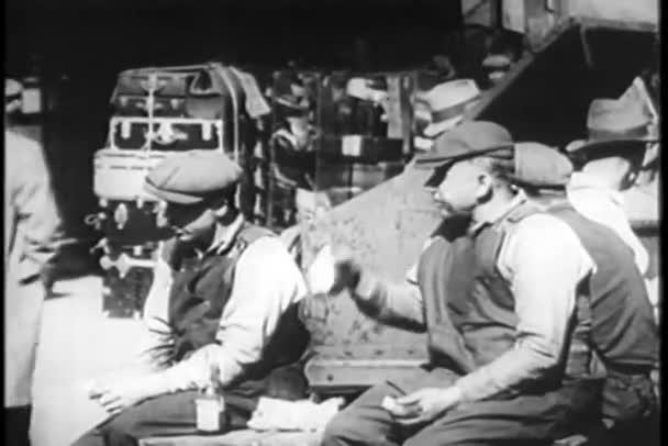 Arbeiter essen im Freien zu Mittag, New York City, 1930er Jahre