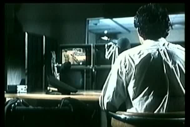 zadní pohled na stráž sledování bezpečnostní kamery