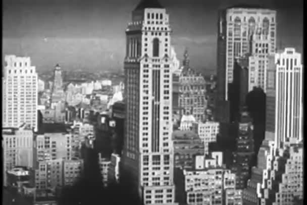 široký záběr na woolworth, budování a okolní budovy v dolním Manhattanu