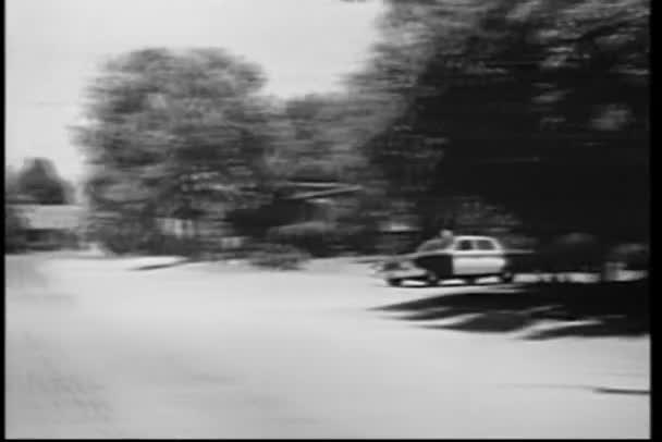 policista z policejní auto v spěchu