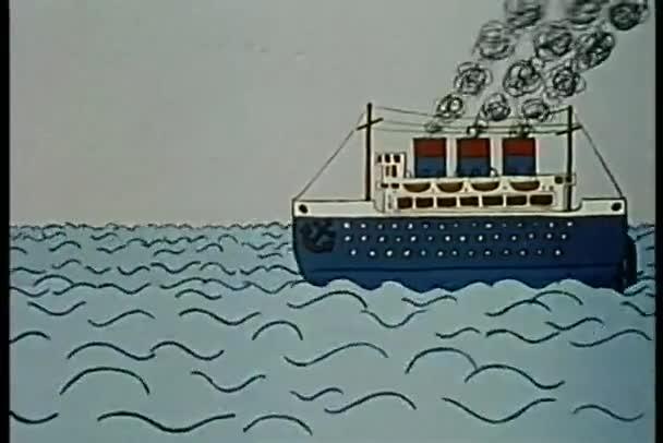 loď plující na oceánu