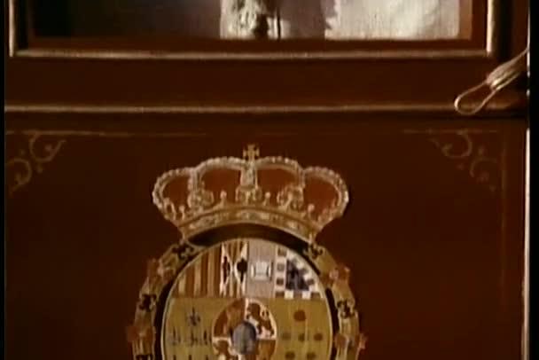Schwenkwagen mit Wappen an der Tür