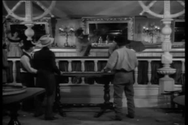 široký záběr na západní bar prostor rvačka