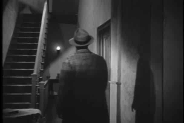 Muž se schodiště v domě