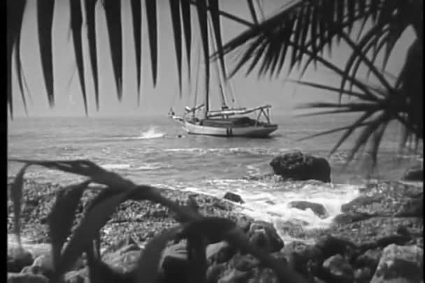 člověk plaval ke zakotvených lodí v oceánu