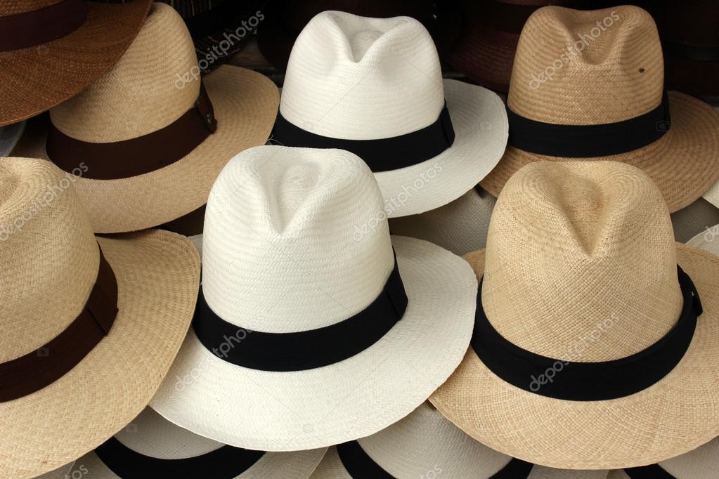 Cappelli di panama bianco e marrone a mano per la vendita al mercato  artigianale all aperto a otavalo 60fd5eeb4817