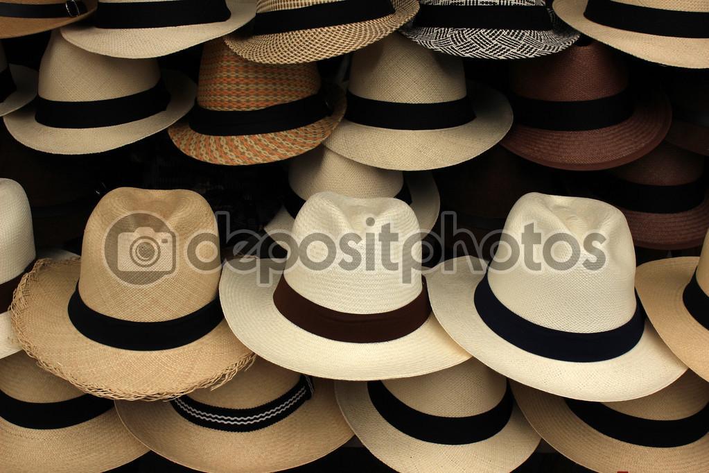 Sombreros de Panamá hechos a mano en una variedad de colores para la venta  en el mercado artesanal al aire libre en otavalo 79679754087