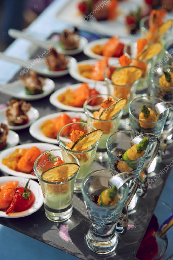 Cucharas y vasos con aperitivos de marisco foto de stock - Aperitivos de mariscos ...