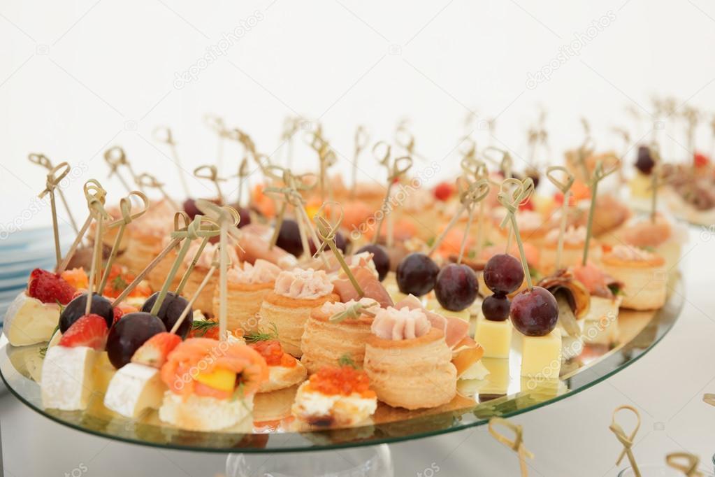 Kleine snacks in platte auf tisch stockfoto 30627303 - Opslagoplossing kleine platte ...