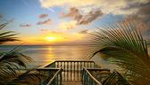 a kilátás a teraszok, a gyönyörű naplemente a tengerparton