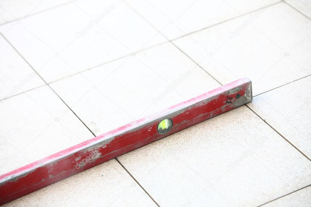 Livelli rossi piastrelle su un pavimento u2014 foto stock © voyagerix