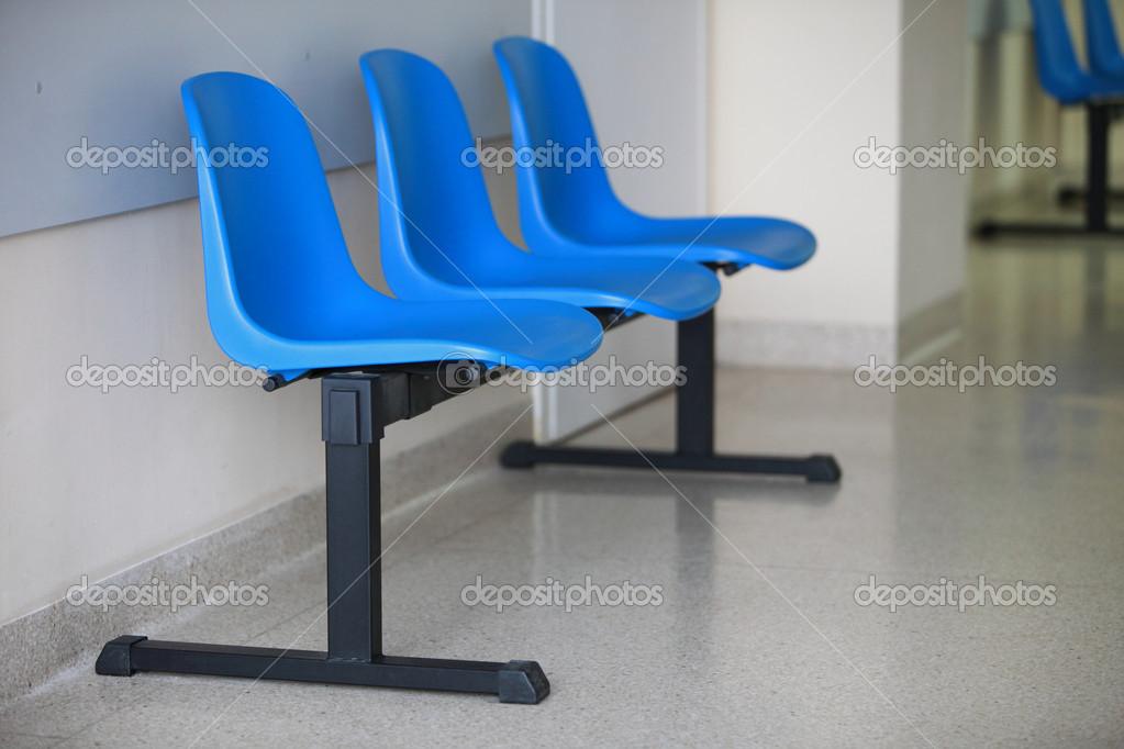 Sala d attesa porta sedie blu u foto stock voyagerix