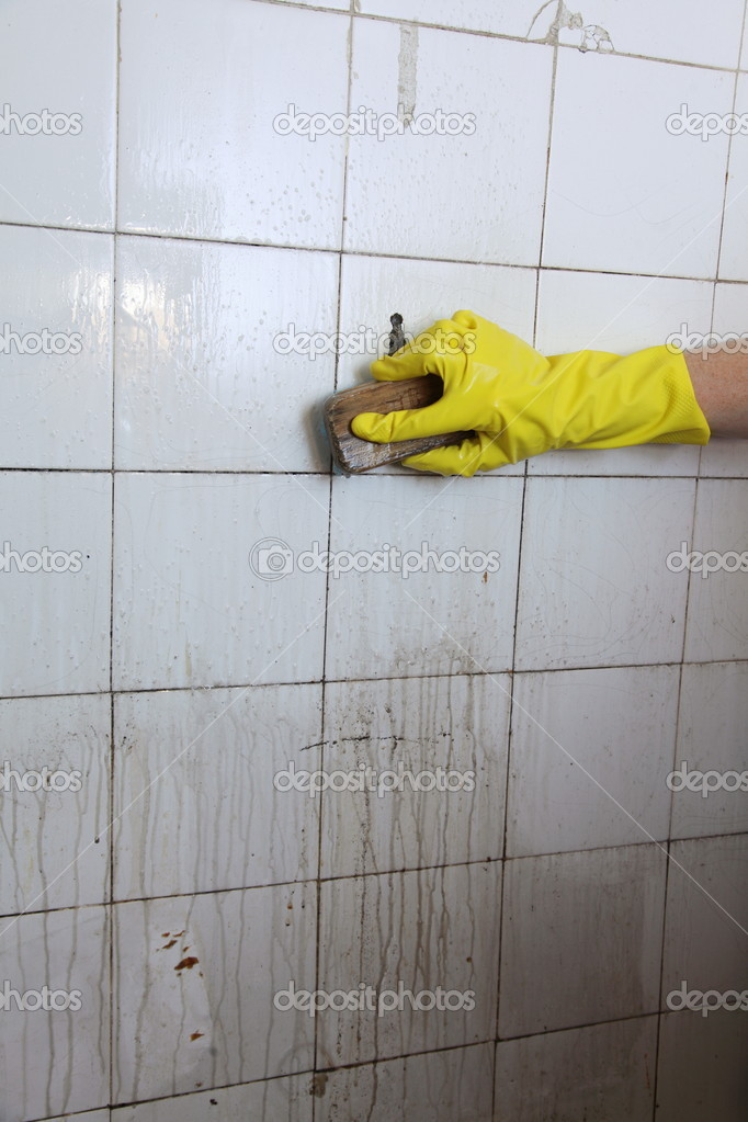 Alte Fliesen Reinigen reinigung der schmutzige alte fliesen im badezimmer stockfoto