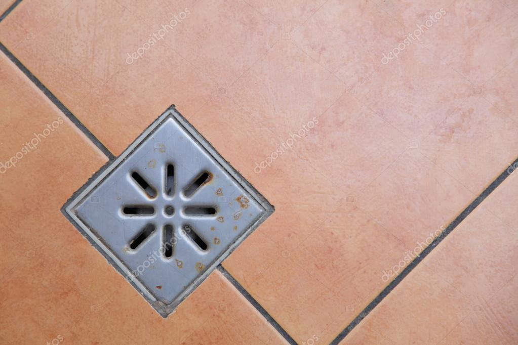 riool rooster afvoer water op de vloer in badkamer — stockfoto, Badkamer